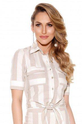 camisa bolsos e botoes frontais manga 3 4 off white e bege estampa listras amarracao cintura titanium frente