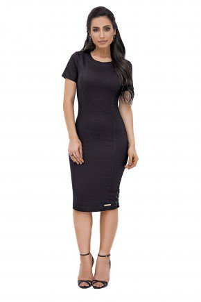 modelo cabelo ondulado vestido preto midi com detalhes laterais