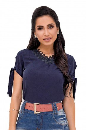 modelo cabelo castanho liso blusa azul guipir