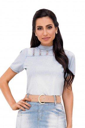 modelo cabelo castanho blusa jeans clara gola