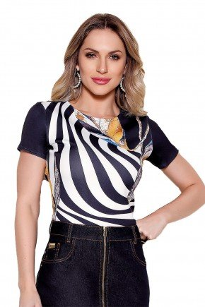 modelo cabelo loiro blusa estampada preto