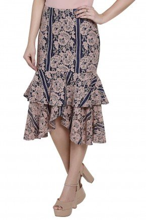modelo veste saia modelagem sino babado duplo estampa floral titanium frente perto