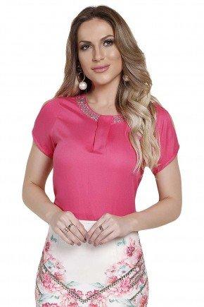 modelo cabelo loiro veste blusa manga curta rosa com detalhe em pedraria na gola frente