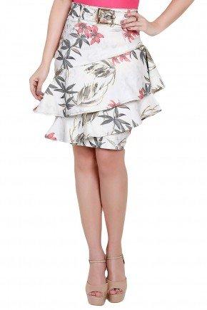 modelo veste saia reta com babado assimetrico estampa floral titanium frente perto