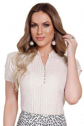 modelo cabelo loiro veste blusa manga curta detalhe pregas botoes titanium frente perto