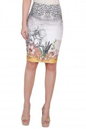 modelo veste saia lapis estampa floral animal print titanium frente perto