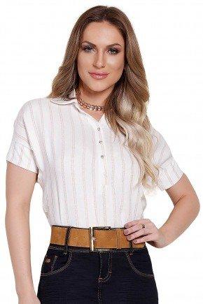 modelo cabelo loiro veste blusa manga curta com listras e botoes frontais frente