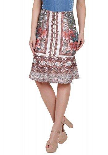 modelo veste saia reta com babado estampa floral folhagem arabesco titanium frente perto