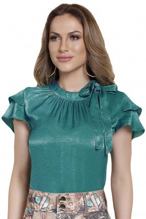 modelo cabelo loiro veste blusa verde manga babado amarracao gola titanium frente perto