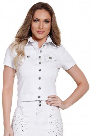 modelo cabelo loiro veste blusa jeans branca detalhe botoes titanium frente perto