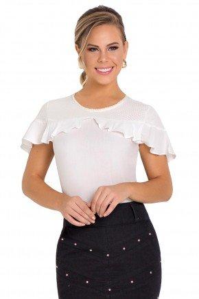 modelo cabbelo loiro veste blusa branca com detalhes em perola e babado laura rosa frente