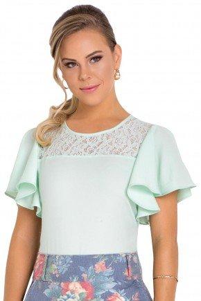 modelo cabelo loiro veste blusa manga curta babado detalhe em renda laura rosa frente perto