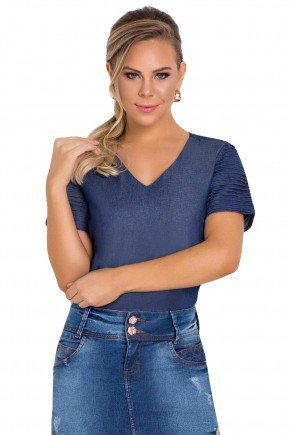 modelo cabelo loiro veste blusa azul detalhe recortes laura rosa frente perto