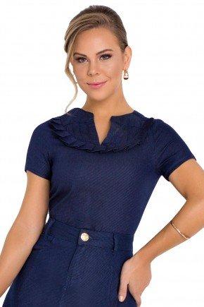 modelo cabelo loiro blusa gola v azul com detalhe de pregas e recortes laura rosa frente