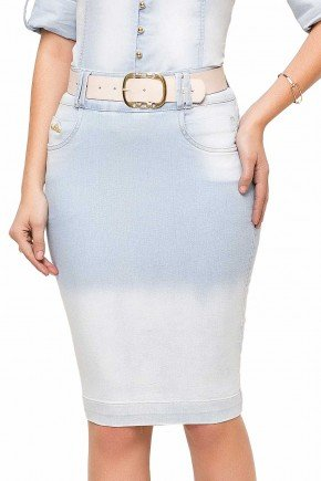 modelo cabelo castanho saia jeans azul claro midi frente baixo 89112