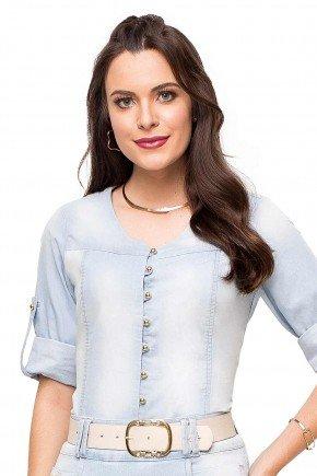 modelo cabelo castanho camisa feminina jeans azul claro com martingale frente cima 89139