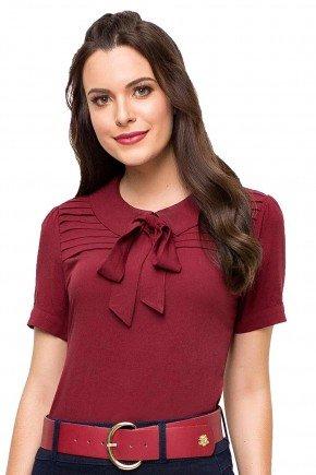 modelo cabelo castanho blusa bordo detalhe em laco e pregas frente cima 89127