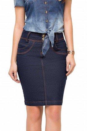 modelo cabelo castanho saia jeans tradicional com costuras aparentes laura rosa frente baixo 89125