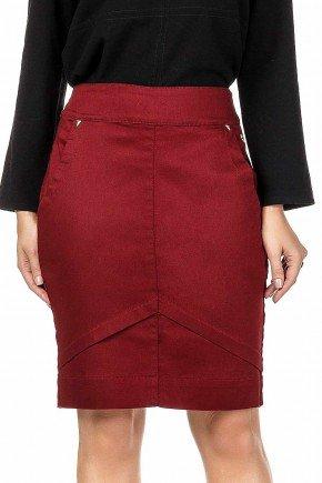 modelo cabelo loiro saia secretaria vermelha com pregas dyork frente baixo dk4439