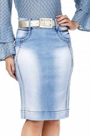 modelo cabelo loiro saia jeans azul claro detalhe recortes e tachinhas dyork frente baixo dk4489