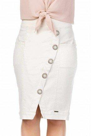 modelo cabelo loiro saia off white transpassada detalhe botoes dyork frente baixo dk4381