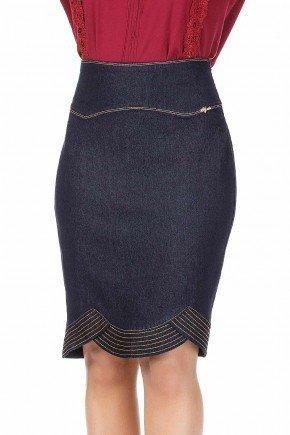 modelo cabelo loiro saia jeans azul marinho detalhe costuras aparentes dyork frente baixo dk4384
