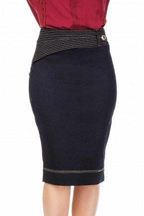 modelo cabelo loiro saia jeans detalhes cos com costuras e botao dyork frente baixo dk4418