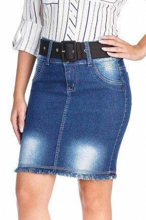 modelo cabelo castanho saia jeans curta barra desfiada frente baixo