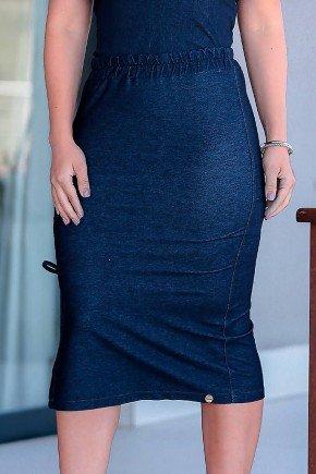 modelo cabelo castanho blusa em malha denim azul marinho com recortes frente baixo