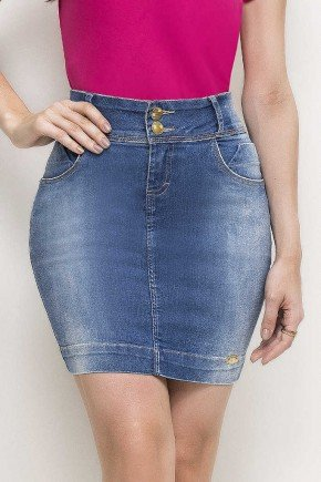 modelo cabelo escuro saia jeans reta curta azul jeans frente baixo