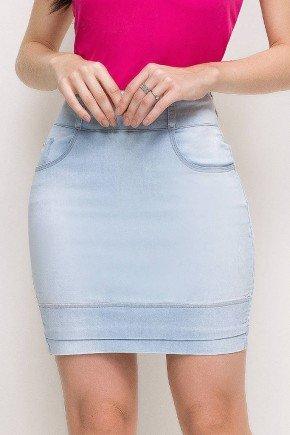 modelo cabelo castanho saia jeans reta curta azul claro frente baixo