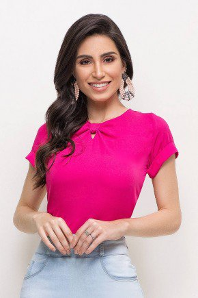 modelo cabelo castanho blusa pink detalhe nozinho na gola frente cima