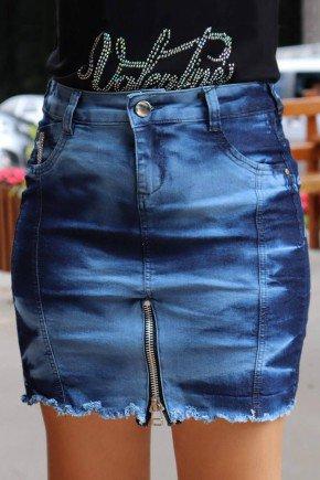 saia jeans curta com barra desfiada e ziper aparente frente