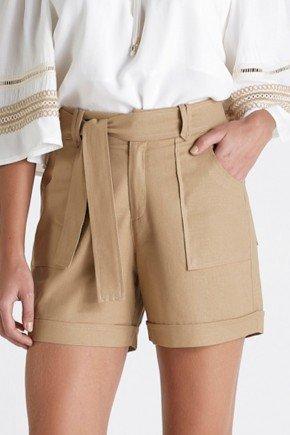 shorts bege em linho com amarracao cloa baixo