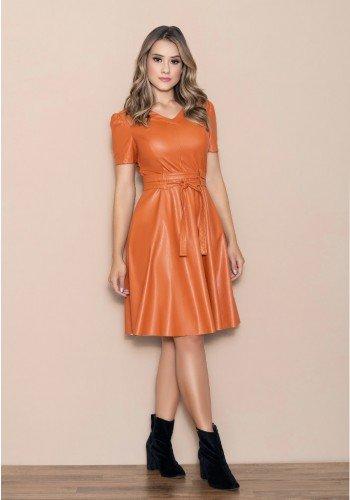 vestido evase caramelo couro fake com cinto nitido
